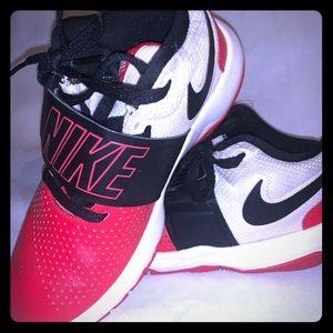Nike size boy 5.0 team Hustle shoes